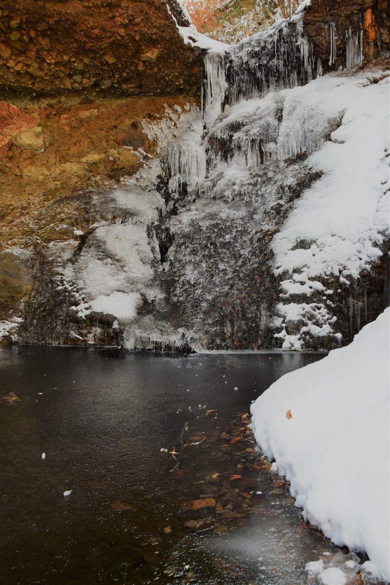 氷点下7.6℃の朝の滝と川のせせらぎ
